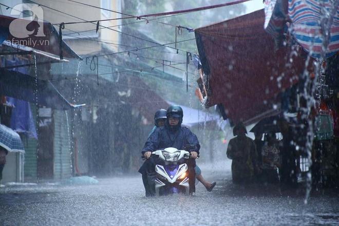 Ảnh hưởng của hoàn lưu bão số 2, Hà Nội mưa lớn, nhiều khu phố đã bị ngập - Ảnh 17.
