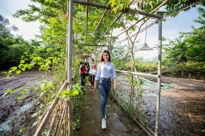 Street style sao Việt: Hoa hậu Thu Thảo diện dép tông giản dị để lộ vóc dáng gầy nhẳng sau khi cưới - Ảnh 6.