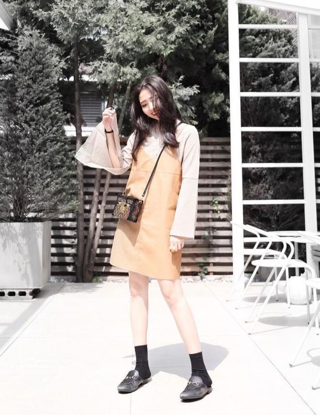5 mẫu váy đang được các tín đồ thời trang châu Á diện nhiều nhất khi tiết trời se lạnh - Ảnh 5.