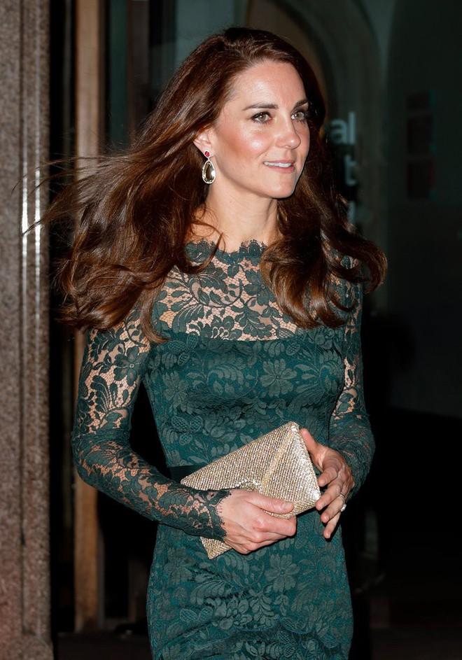 Các tín đồ mê mệt váy áo của Công nương Kate có thể dễ dàng tìm mua những thiết kế này với phiên bản mô phỏng chỉ vài trăm ngàn - Ảnh 9.