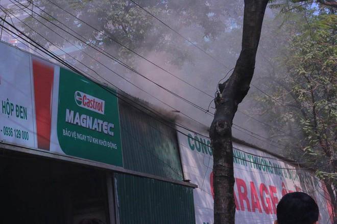 Hà Nội: Cháy lớn ở garage ô tô trên đường Ngụy Như Kon Tum, khói đen bốc lên nghi ngút, từ xa cũng nhìn thấy - Ảnh 10.