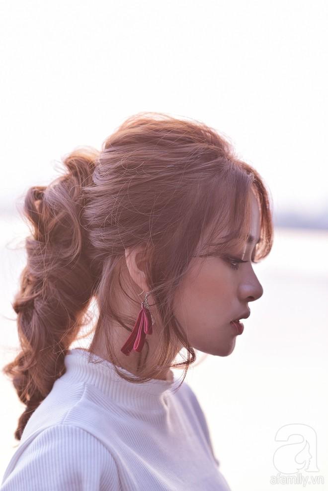Tóc uốn xoăn cứ bồng bềnh dễ tạo kiểu như thế này, tóc thẳng dễ xẹp đọ sao được - Ảnh 6.
