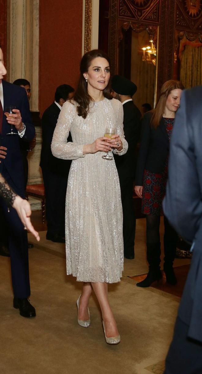 Tổng kết năm 2017, Công nương Kate đã chi khoảng 3.5 tỷ đồng mua sắm quần áo - Ảnh 18.