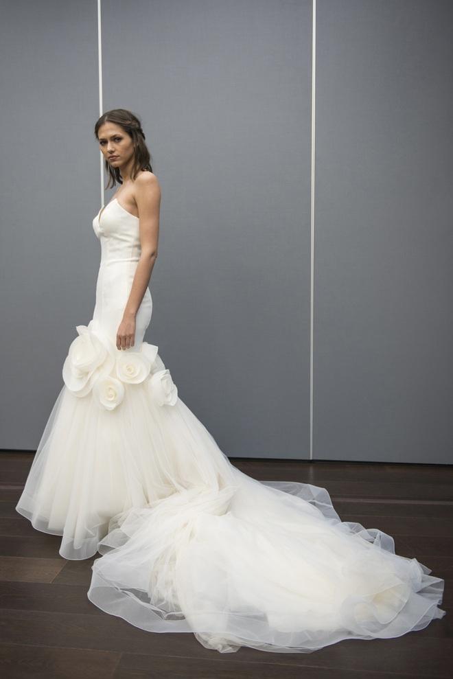 Xu hướng váy cưới Xuân/Hè 2018: Tinh xảo, yêu kiều trong từng chi tiết thêu ren, đính kết - Ảnh 31.