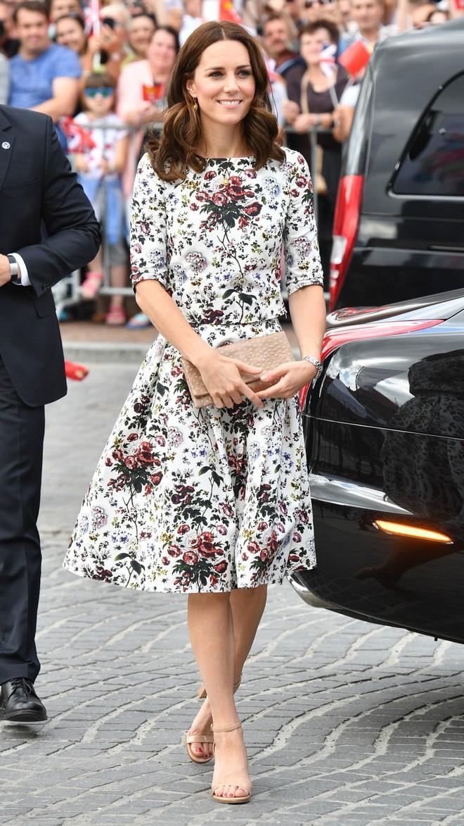 Tổng kết năm 2017, Công nương Kate đã chi khoảng 3.5 tỷ đồng mua sắm quần áo - Ảnh 14.