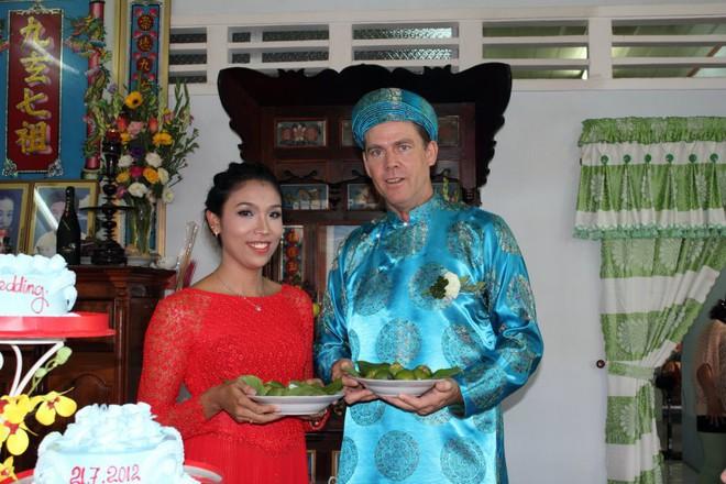 """Chồng Tây cầu hôn vợ Việt 6 lần, cùng bỏ việc nghìn đô lên """"rừng"""" sống không điện nước - Ảnh 4."""