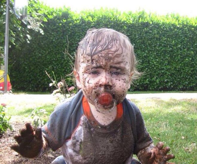 Hành động ngớ ngẩn của trẻ khiến bố mẹ khốn khổ giải quyết hậu quả - Ảnh 13.