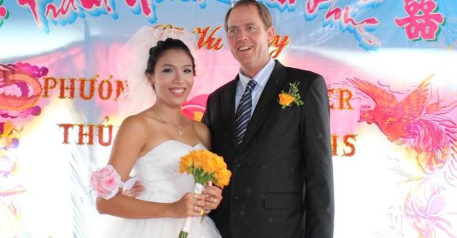 """Chồng Tây cầu hôn vợ Việt 6 lần, cùng bỏ việc nghìn đô lên """"rừng"""" sống không điện nước - Ảnh 5."""