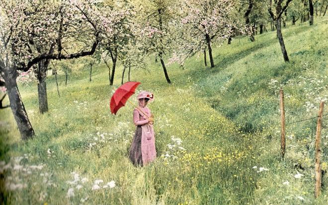 Ngắm vẻ ngọt ngào, lãng mạn của phụ nữ thế kỷ trước qua những bức ảnh màu tuyệt đẹp - Ảnh 1.