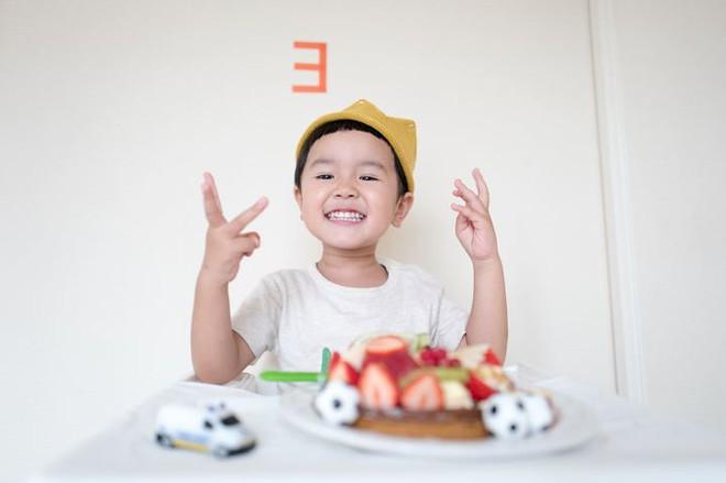 Cha mẹ nào cũng cần hỏi con câu này trong mỗi bữa ăn để trẻ ăn uống lành mạnh - Ảnh 1.