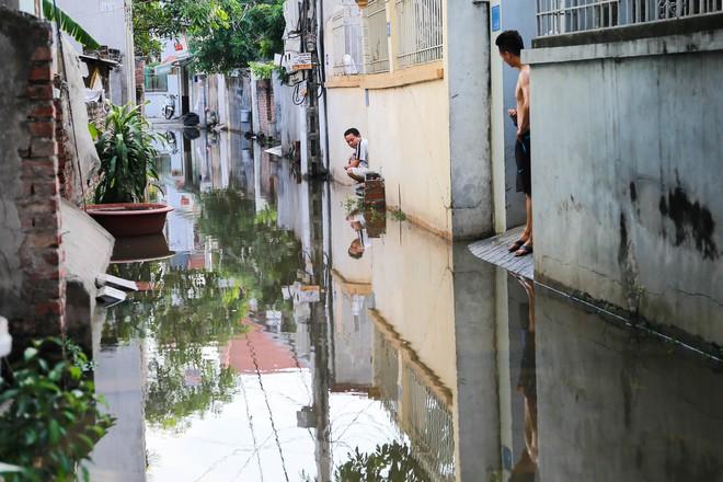 Con ngõ ngập đầy nước cống cho dù Hà Nội có nóng hơn 40 độ C - Ảnh 7.