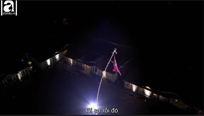 Cụ bà 81 tuổi khiến người xem thót tim khi đu mình giữa không trung trên cây cột cao 26m 8