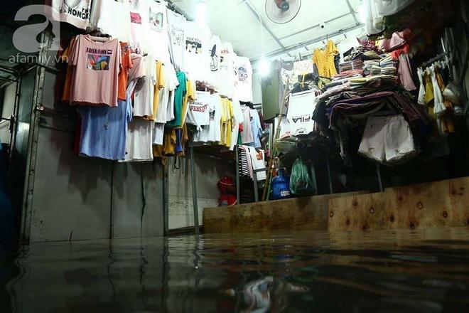 Ảnh hưởng của hoàn lưu bão số 2, Hà Nội mưa lớn, nhiều khu phố đã bị ngập - Ảnh 16.