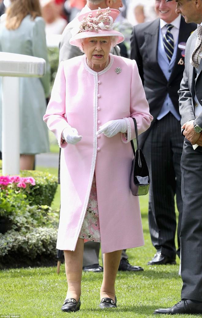 Những quy tắc hoàng gia nghiêm ngặt đằng sau trang phục chóe lọe của Nữ hoàng Anh - Ảnh 6.
