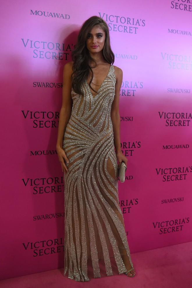 Mỹ nhân Tình người duyên ma khoe thân hình đồng hồ cát trên thảm hồng Victoria's Secret 2017 - Ảnh 11.