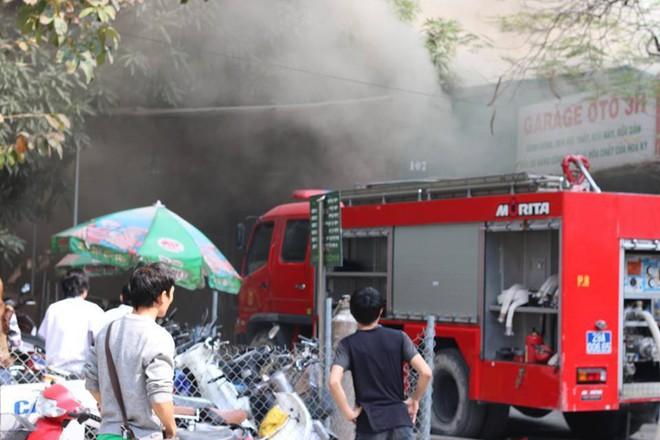 Hà Nội: Cháy lớn ở garage ô tô trên đường Ngụy Như Kon Tum, khói đen bốc lên nghi ngút, từ xa cũng nhìn thấy - Ảnh 11.