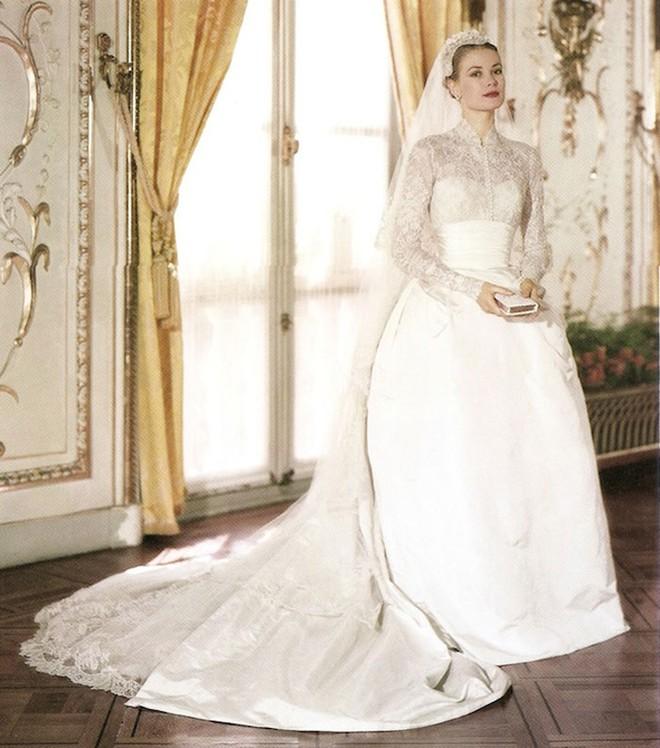 Câu chuyện đằng sau chiếc váy cưới kín như bưng mà Miranda Kerr mặc tại đám cưới lần thứ 2 - Ảnh 6.