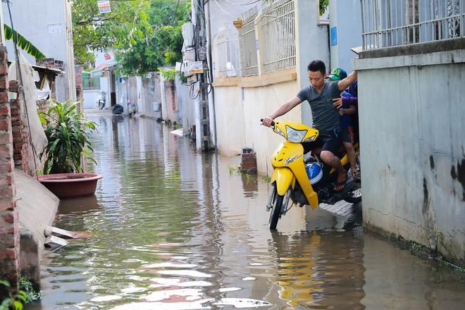 Con ngõ ngập đầy nước cống cho dù Hà Nội có nóng hơn 40 độ C - Ảnh 8.