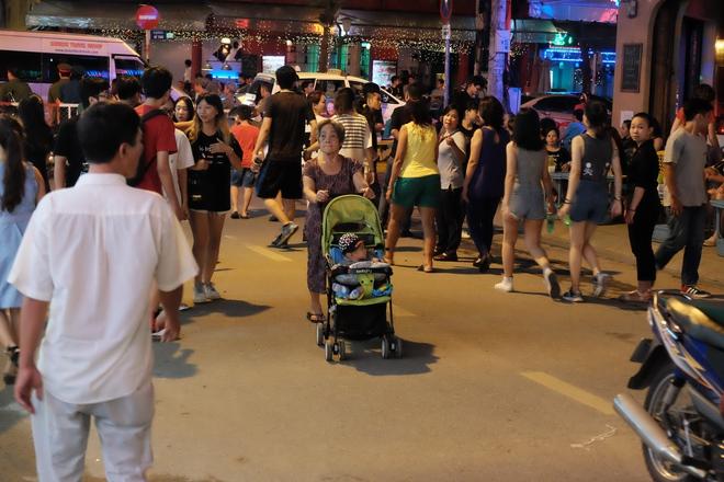Phụ huynh Sài Gòn thích thú dẫn trẻ nhỏ dạo chơi khi phố Tây Bùi Viện thành phố đi bộ - Ảnh 15.