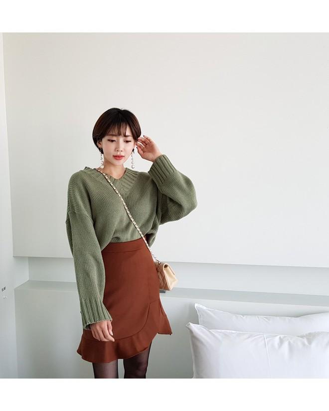Áo len dáng rộng đang là mốt, và đây là những cách kết hợp vừa ấm vừa chất mà bạn có thể tham khảo - Ảnh 1.