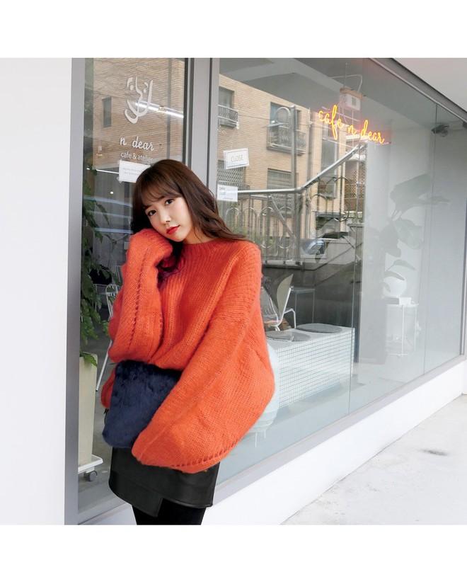 Áo len dáng rộng đang là mốt, và đây là những cách kết hợp vừa ấm vừa chất mà bạn có thể tham khảo - Ảnh 3.