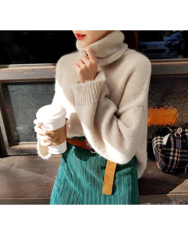 Áo len dáng rộng đang là mốt, và đây là những cách kết hợp vừa ấm vừa chất mà bạn có thể tham khảo - Ảnh 4.