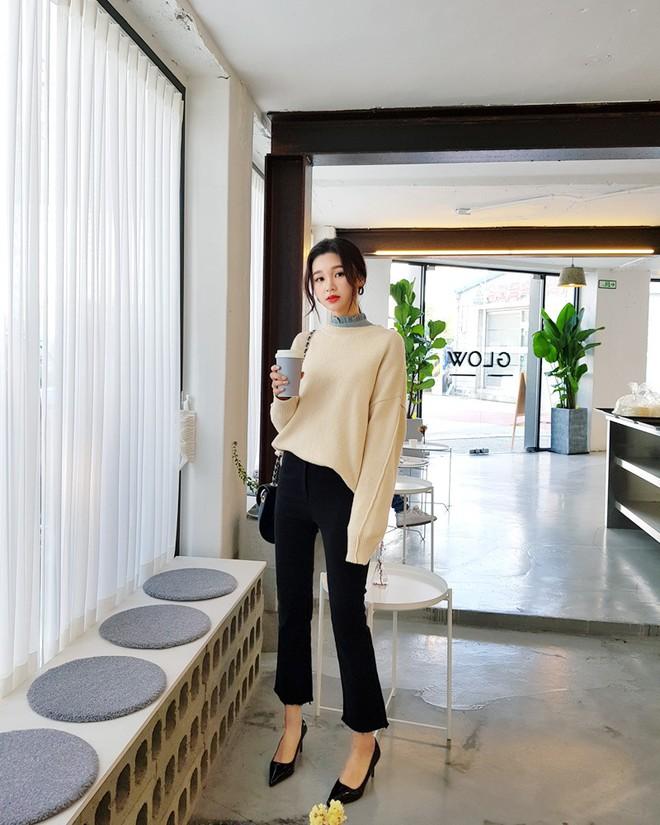 Áo len dáng rộng đang là mốt, và đây là những cách kết hợp vừa ấm vừa chất mà bạn có thể tham khảo - Ảnh 11.