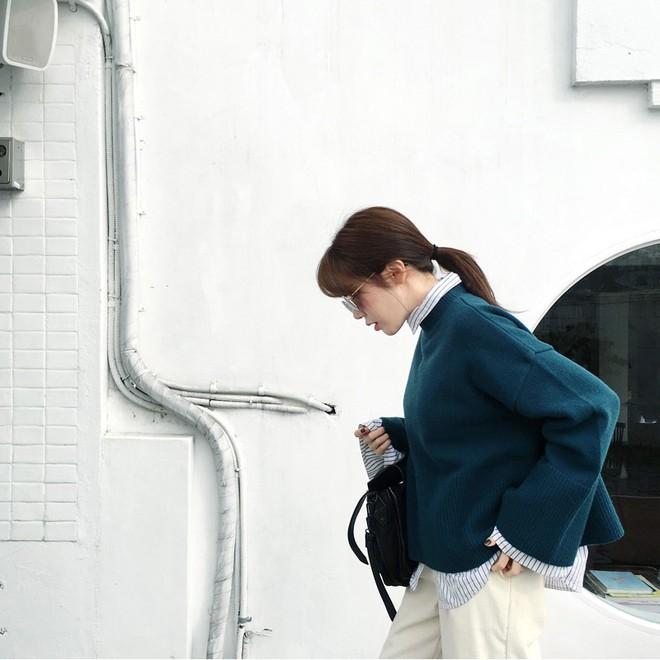 Áo len dáng rộng đang là mốt, và đây là những cách kết hợp vừa ấm vừa chất mà bạn có thể tham khảo - Ảnh 12.