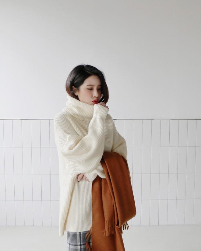 Xem đi xem lại thì áo len gân sọc vẫn dễ chọn nhất, vừa gọn gàng ôm dáng vừa giữ ấm cực đỉnh - Ảnh 12.