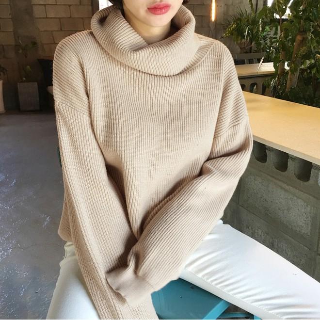 Xem đi xem lại thì áo len gân sọc vẫn dễ chọn nhất, vừa gọn gàng ôm dáng vừa giữ ấm cực đỉnh - Ảnh 13.