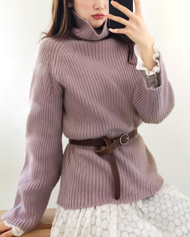 Xem đi xem lại thì áo len gân sọc vẫn dễ chọn nhất, vừa gọn gàng ôm dáng vừa giữ ấm cực đỉnh - Ảnh 18.