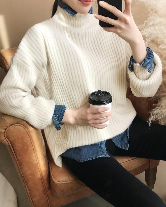 Xem đi xem lại thì áo len gân sọc vẫn dễ chọn nhất, vừa gọn gàng ôm dáng vừa giữ ấm cực đỉnh - Ảnh 19.