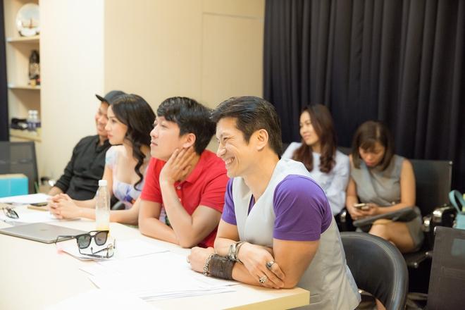 Dustin Nguyễn ngồi bệt đất xem Trường Giang làm khó người đẹp - Ảnh 1.