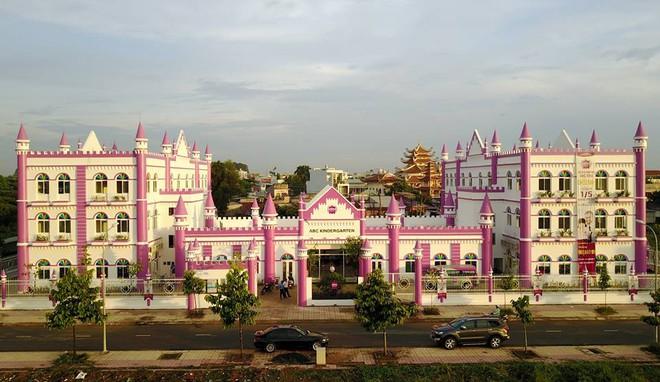 Choáng ngợp trước ngôi trường mầm non màu hồng tím trông như tòa lâu đài cổ tích - Ảnh 4.