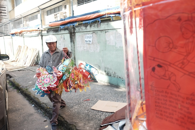 Có lẽ người vui nhất trong mùa Trung thu tại con xóm này là chú Lượng (65 tuổi, quê Sài Gòn). Gần 20 năm nay, cứ đến mùa Trung thu là chú lại có rủng rỉnh tiền từ việc chở lồng đèn thuê. Giá thuê sẽ dao động từ 50.000 đồng đến 200.000-300.000 đồng cho một chuyến hàng, tuỳ vào khoảng cách giao.