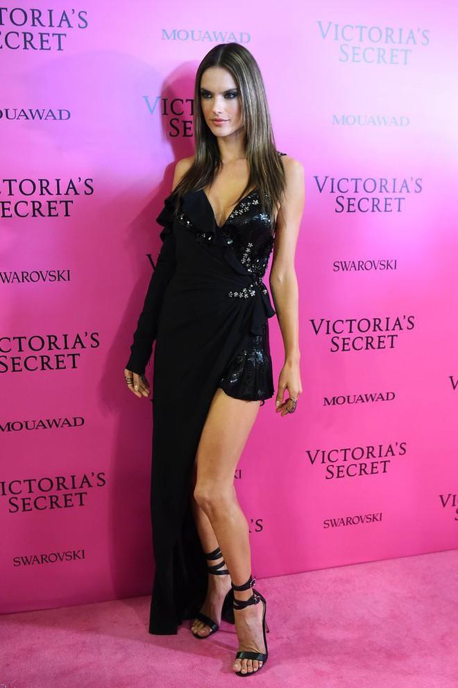Mỹ nhân Tình người duyên ma khoe thân hình đồng hồ cát trên thảm hồng Victoria's Secret 2017 - Ảnh 5.