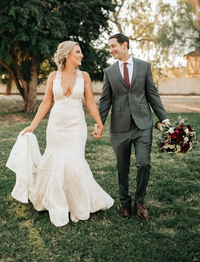 Cứ ngỡ sẽ thấy cô dâu đoan trang trong váy cưới, chú rể nào ngờ quay người lại thấy điều lạ lùng - Ảnh 8.