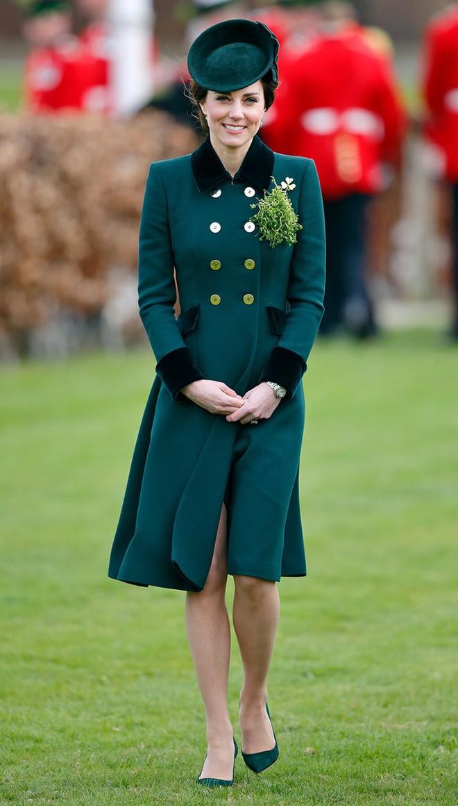 Tổng kết năm 2017, Công nương Kate đã chi khoảng 3.5 tỷ đồng mua sắm quần áo - Ảnh 15.