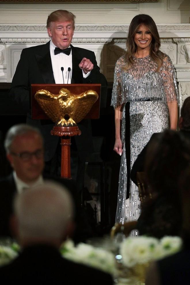 Loạt trang phục gây chú ý của bà Melania Trump: Bộ được khen nức nở, bộ lại bị chê không thương tiếc  - Ảnh 13.
