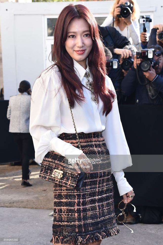 Liu Wen diện đồ chất hơn hẳn Park Shin Hye tại show Chanel Xuân/Hè 2018 - Ảnh 1.