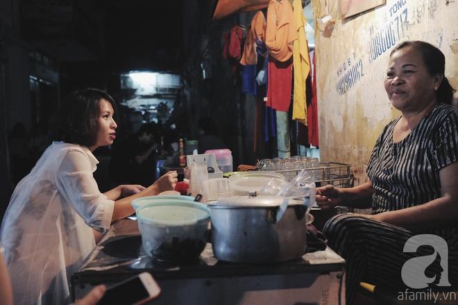 Quán bánh bột lọc 30 năm tuổi phố Ngọc Lâm, quán vỉa hè, mở hàng giờ dị mà vẫn nườm nượp khách - Ảnh 14.