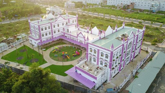 Choáng ngợp trước ngôi trường mầm non màu hồng tím trông như tòa lâu đài cổ tích - Ảnh 2.