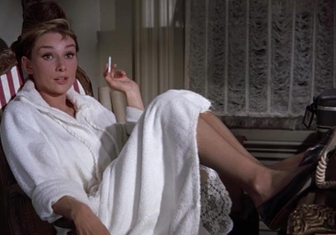 Đến Audrey Hepburn - biểu tượng thời trang bất hủ mọi thời đại, cũng trung thành với giày bệt xinh xắn - Ảnh 9.