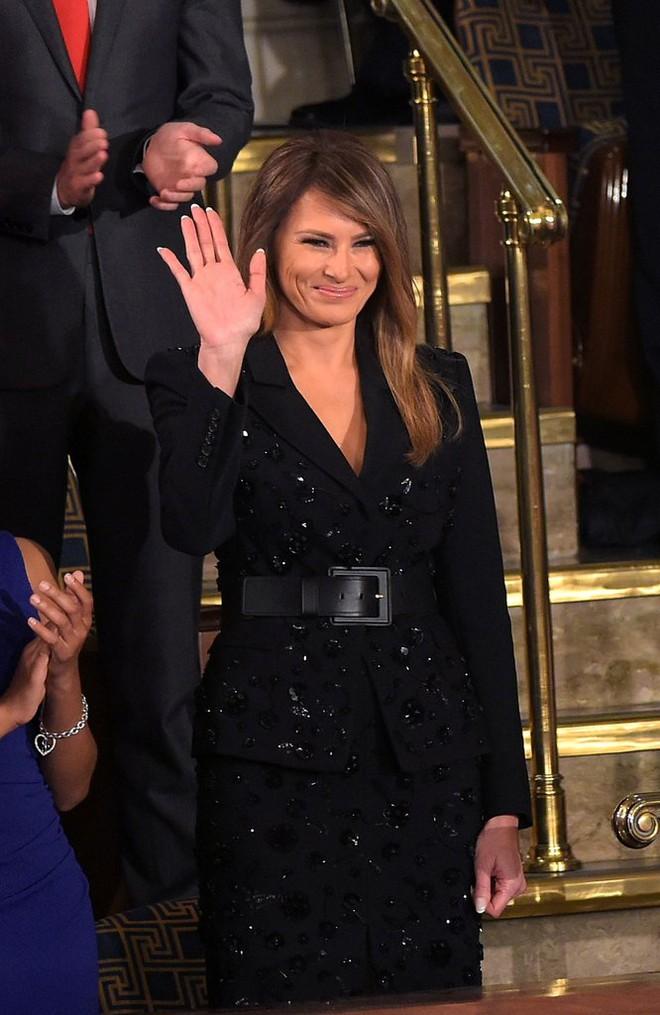 Loạt trang phục gây chú ý của bà Melania Trump: Bộ được khen nức nở, bộ lại bị chê không thương tiếc  - Ảnh 15.