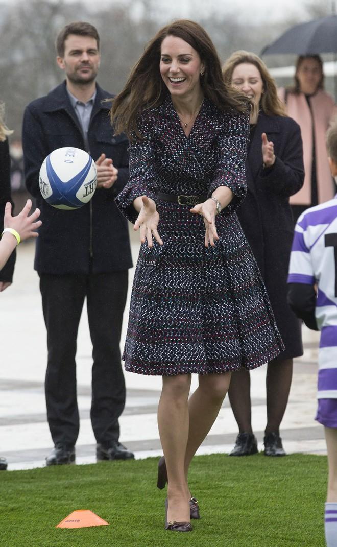Tổng kết năm 2017, Công nương Kate đã chi khoảng 3.5 tỷ đồng mua sắm quần áo - Ảnh 17.