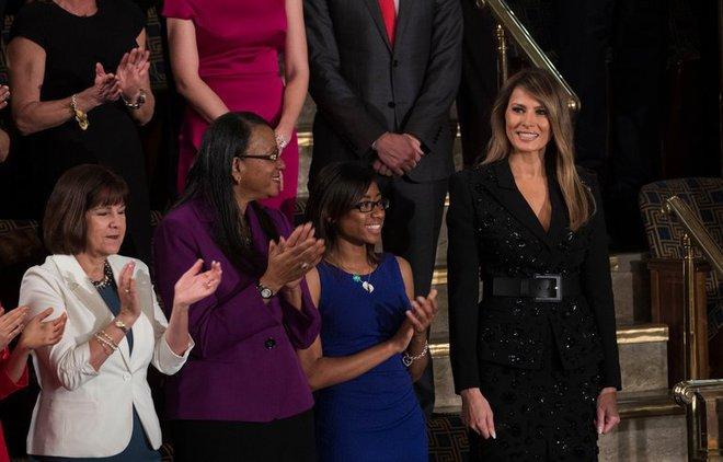 Loạt trang phục gây chú ý của bà Melania Trump: Bộ được khen nức nở, bộ lại bị chê không thương tiếc  - Ảnh 16.