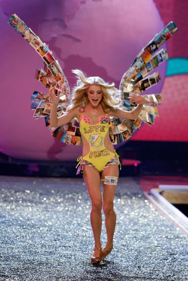 Trước Ming Xi, cũng từng có người mẫu suýt ngã hay tuột giày trong show diễn Victorias Secret - Ảnh 6.