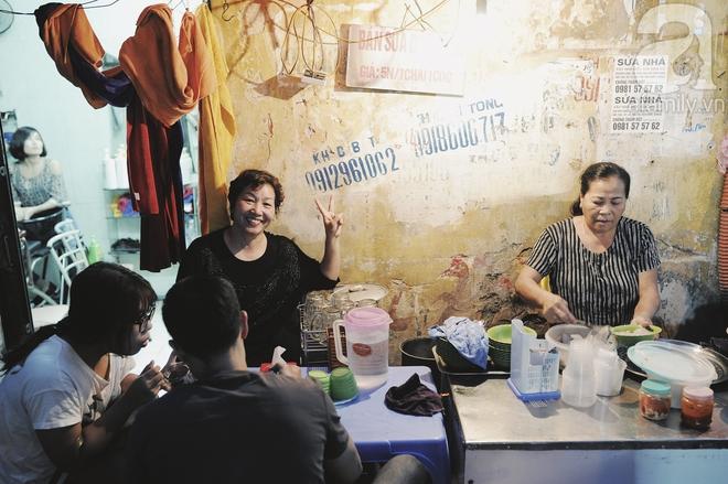 Quán bánh bột lọc 30 năm tuổi phố Ngọc Lâm, quán vỉa hè, mở hàng giờ dị mà vẫn nườm nượp khách - Ảnh 4.