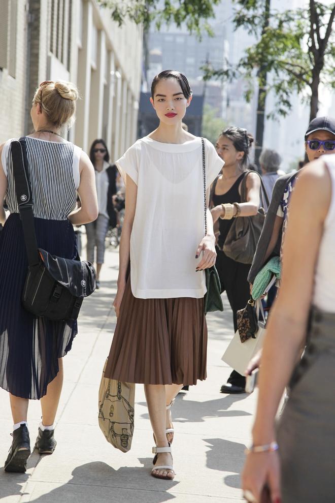 Thử kết hợp chân váy cùng áo phông: tưởng không hợp mà hợp không tưởng - Ảnh 21.