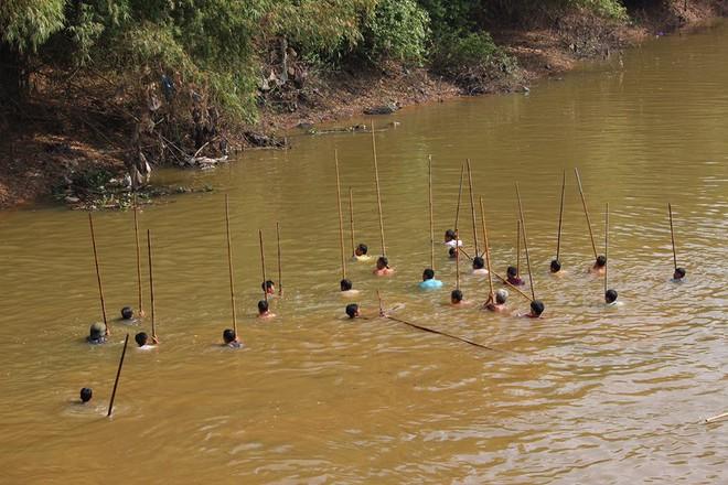 Choáng trước cảnh có 102: Cả làng nhảy xuống sông Tích bắt cá - Ảnh 1.